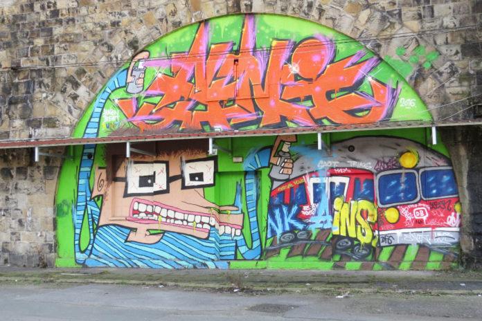 Mit Graffiti verzierter Bahnbogen am ehemaligen Schlachthof.