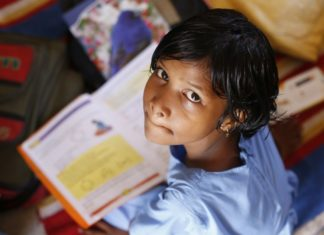 Schulkind mit Büchern
