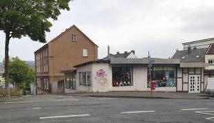 Flachbau an der Ecke Pelmkestraße und Lange Straße und dahinter liegendes Wohnhaus.