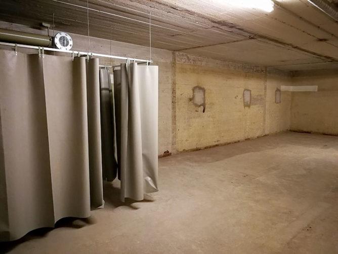 Blick in einen leeren Raum im Bunker.