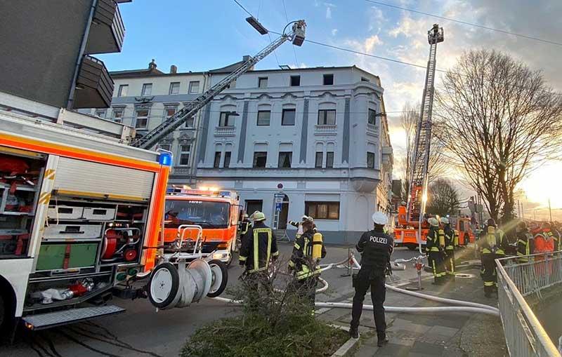 Feuerwehr vor einem Haus