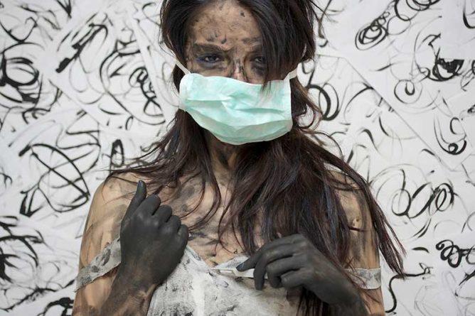 Dreckige Frau mit Schutzmaske
