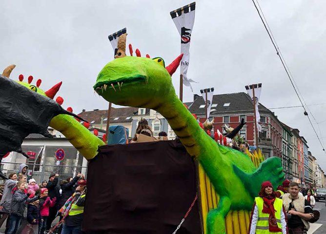 Karnevalswagen mit Drachen auf der Lange Straße