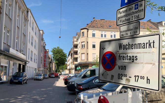 Blick in die Bismarckstraße am Wilhelmsplatz mit Parkverbotschild.