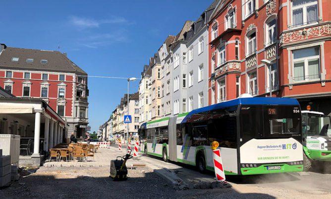 Buslinie 514 durchfährt die Baustelle auf der Lange Straße am Wilhelmsplatz.