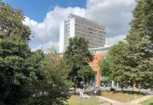 Blick aus dem Ferdinand-David-Park auf das Hagener Rathaus