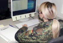 Soldatin am Computer