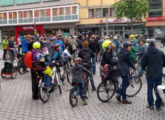 Viele Menschen mit Fahrrädern auf dem Friedrich-Ebert-Platz