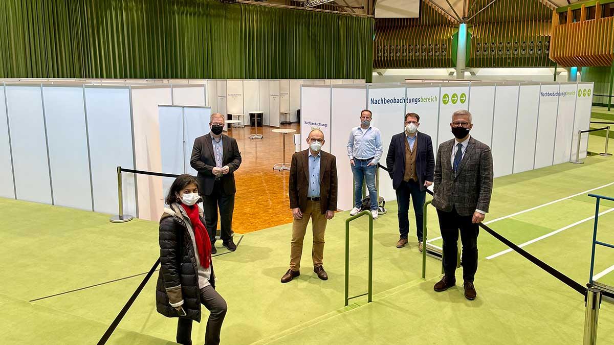 Personen stehen im umgebauten Saal der Stadthalle Hagen