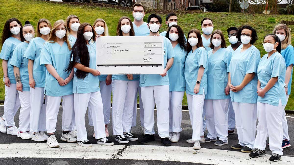 Spenden statt Party: Abschlussklasse der AKH-Pflegeschule engagiert sich