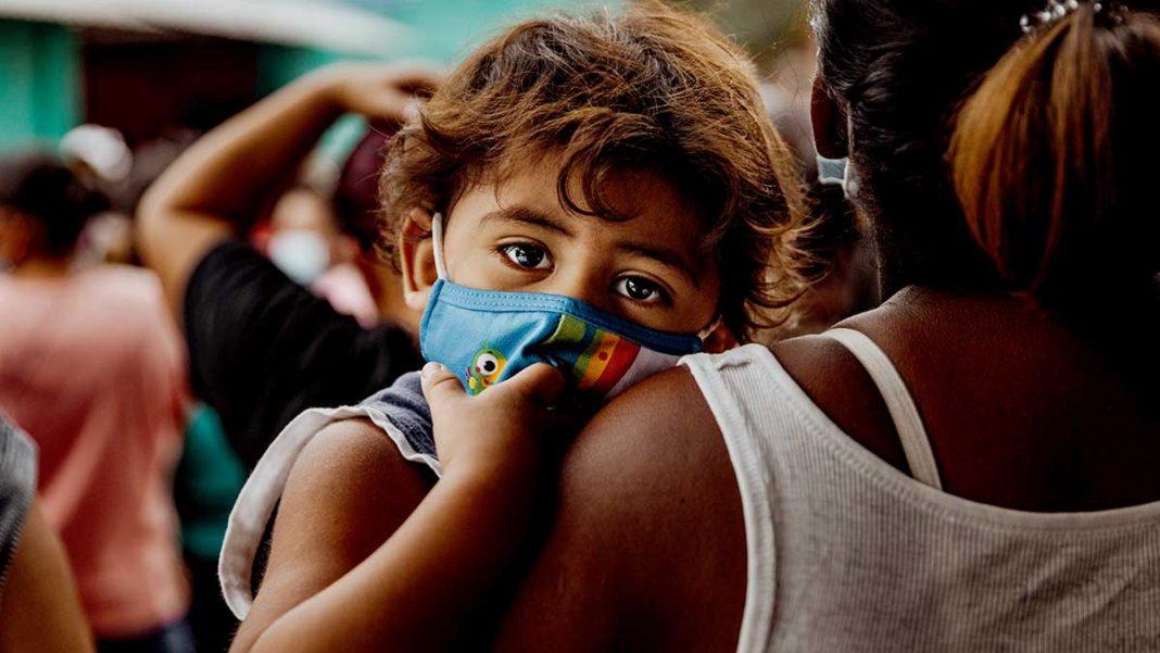 Kind mit Mund-Nasen-Schutz